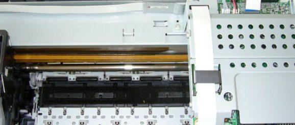 Une imprimante Epson démontée pour être nettoyée