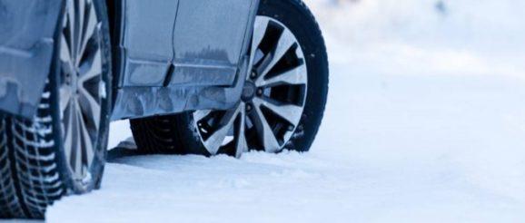 Pneus de voiture dans la neige