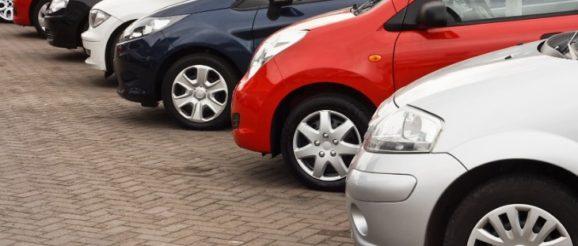 Rangée de voitures garées alignées