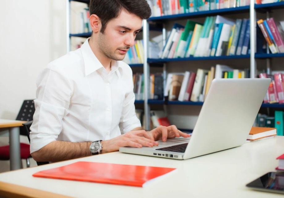 Un homme devant ordinateur