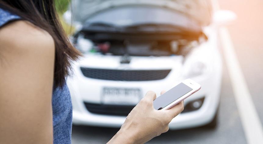 Femme devant voiture électrique