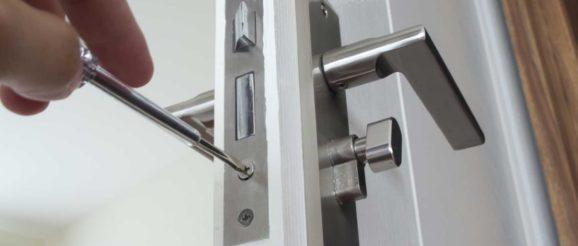 Tournevis dans système de fermeture de porte