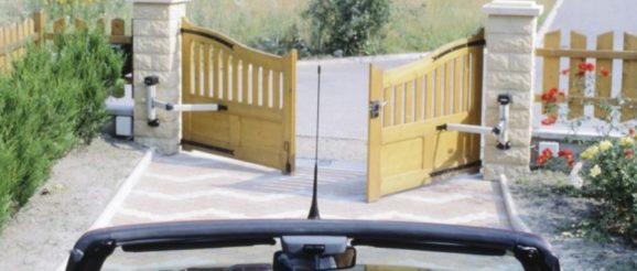 Voiture devant portail électrique jaune