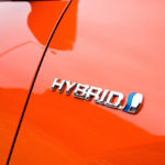 Logo hybride sur une voiture