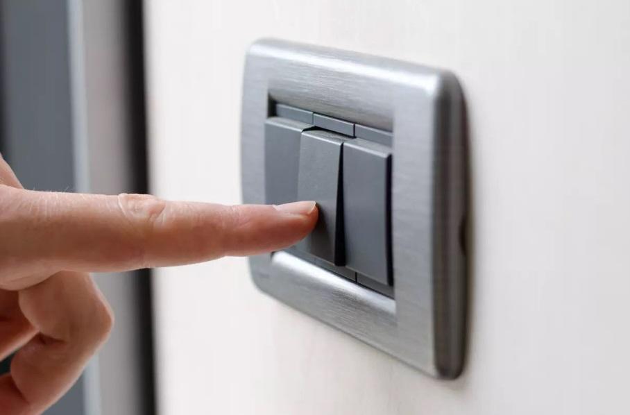 Un doigt posé sur un interrupteur