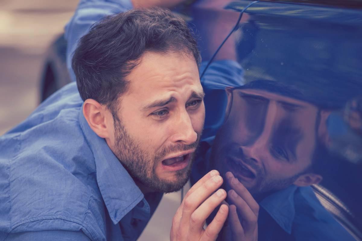 Homme et voiture rayée