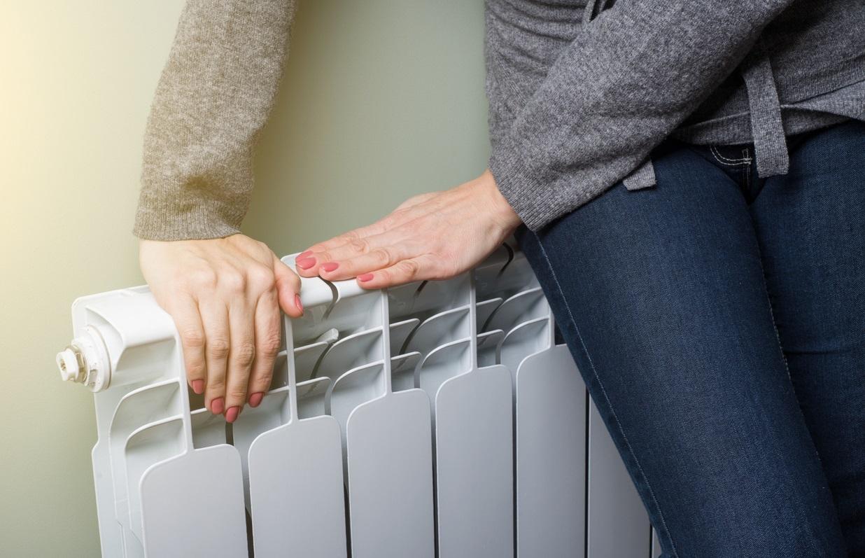 Femme assise sur un radiateur