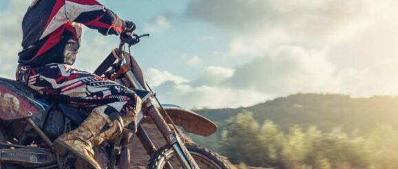 Homme sur une moto cross