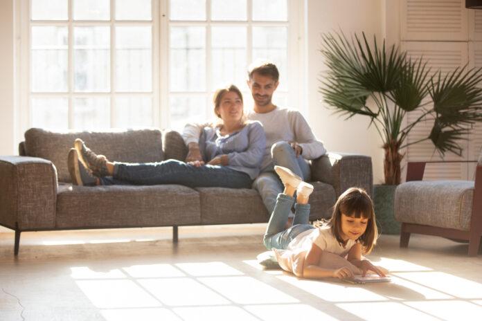 Une famille dans son salon sur le canapé