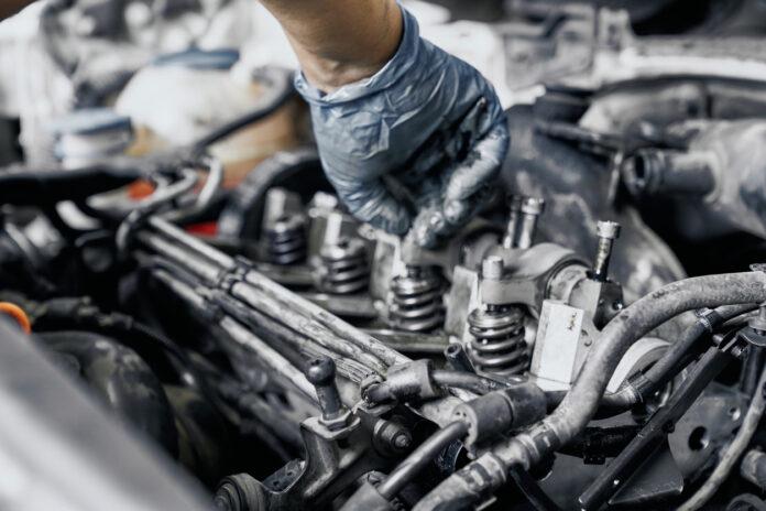 Une personne entrain de changer une pièce de moteur pour la reprogrammation