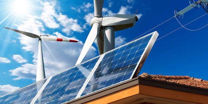Une éolienne sur un toit avec des panneaux solaires