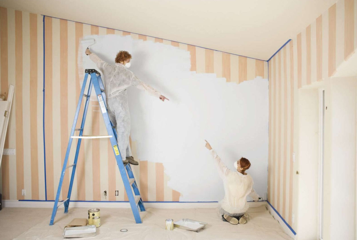 deux femmes peindre papier peint mur échelle de peinture