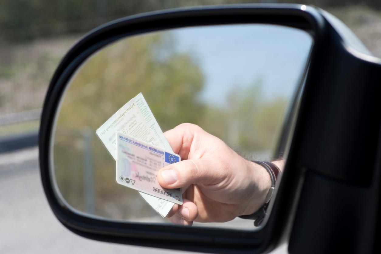 un certificat d'immatriculation avec une clef de voiture