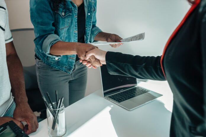 couple serre main courtier contrat de prêt hypothécaire en main